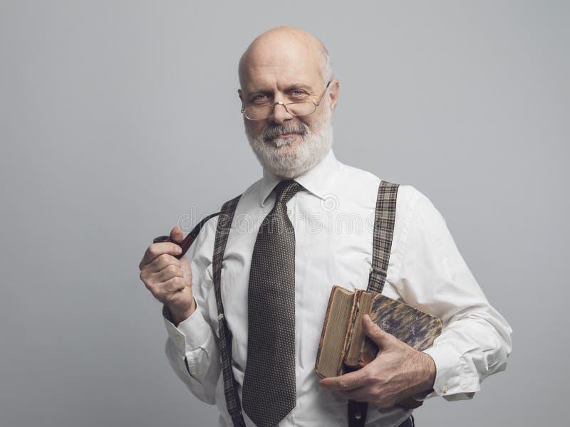 Akademicki profesor pozuje drymbę i dymi obraz stock