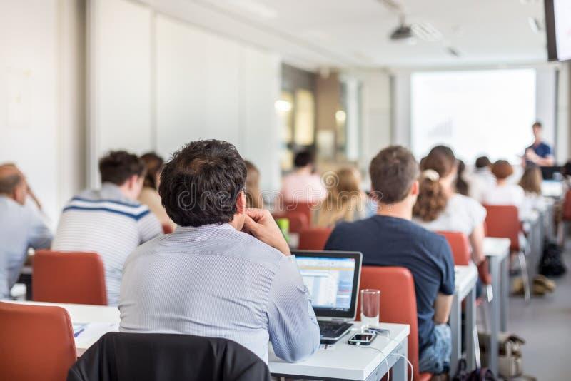 Akademische Darstellung im Vorlesungssal an der Universität lizenzfreie stockfotografie