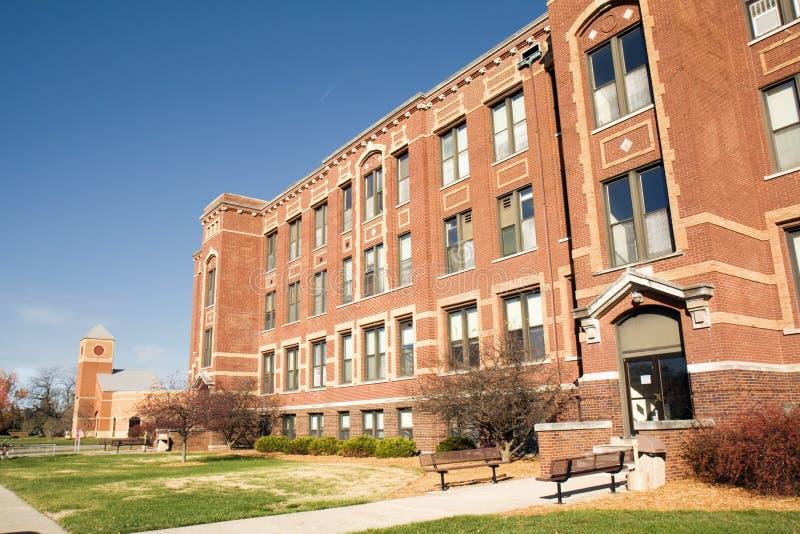 Akademische Gebäude auf einem Hochschulcampus lizenzfreie stockfotos