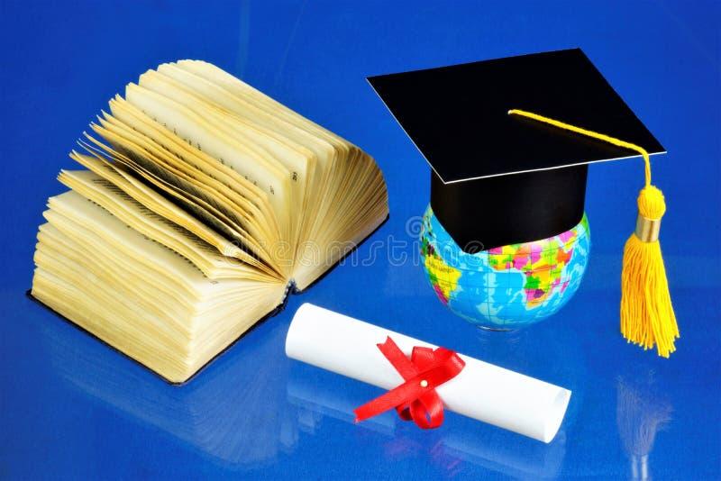 Akademische Kappe der Staffelung, Diplomrolle, Lehrbuchbuch-einwissensquelle Die traditionelle Zeremonie des Verleihens von Diplo lizenzfreies stockbild