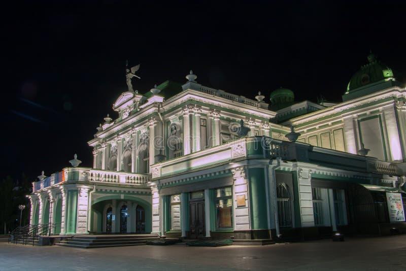 Akademisk dramateater i Omsk Sibirien Ryssland på natten royaltyfri fotografi
