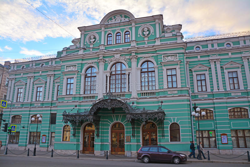 Akademisk stor dramateater på Fontanka flodinvallning i St Petersburg, Ryssland royaltyfri bild
