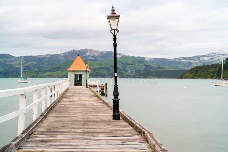 Akaroa jetty z jaty i pomarańcze round conical dachem przy końcówką fotografia royalty free