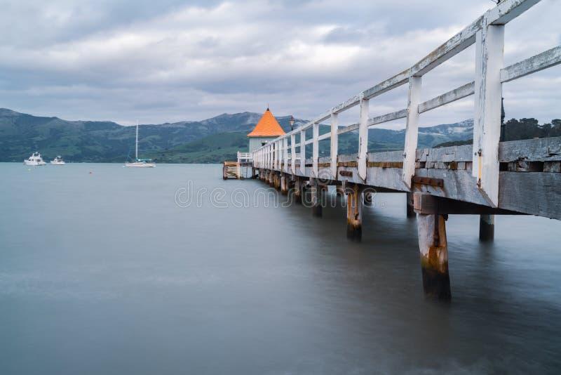 Akaroa jetty z jaty i pomarańcze round conical dachem przy końcówką obrazy stock