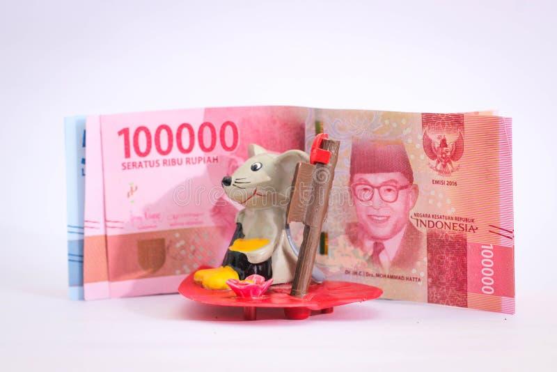 Akarta, Indonésia - 18 de junho de 2019: Figuras dos ratos e da moeda da rupia imagens de stock royalty free