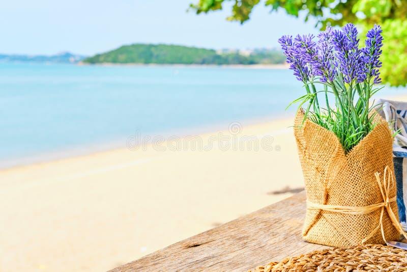Akcent stołu dekoracyjnego Lavender na plaży bar Wakacje, ucieczka, wakacyjne wyprawy zdjęcia stock