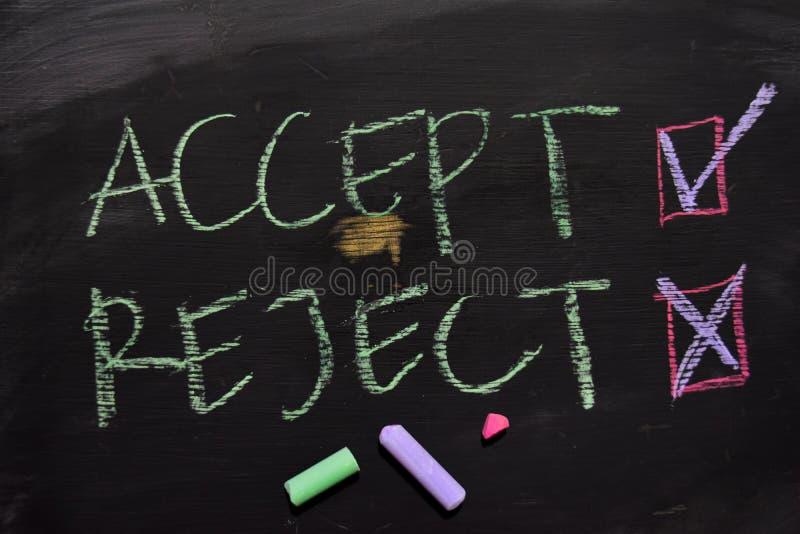 Akceptuje lub Odrzuca pisać z kolor kredy pojęciem na blackboard zdjęcia stock