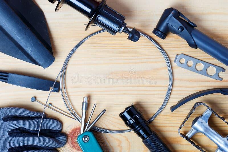 Akcesoria dla dodatkowych części dla rowerów górskich Odgórny widok na drewnianym tle obraz royalty free
