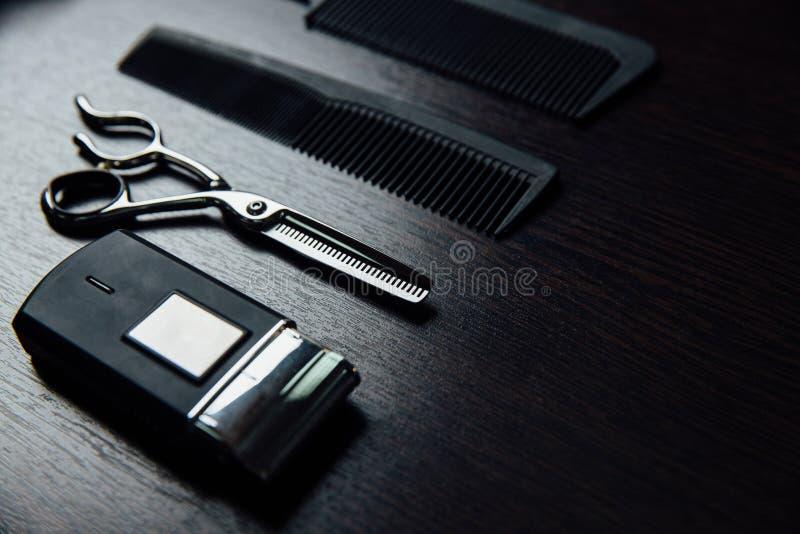 Akcesoria stylista fryzjer kłamają doskonale mieszkanie na stole fotografia stock