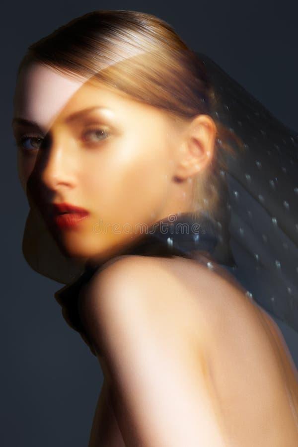 akcesoryjna czarny szyka modela szalika jedwabiu kobieta zdjęcia royalty free