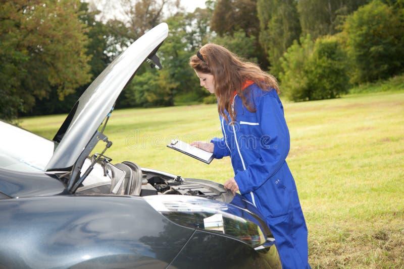 akci samochodowego mechanika kobieta obrazy stock
