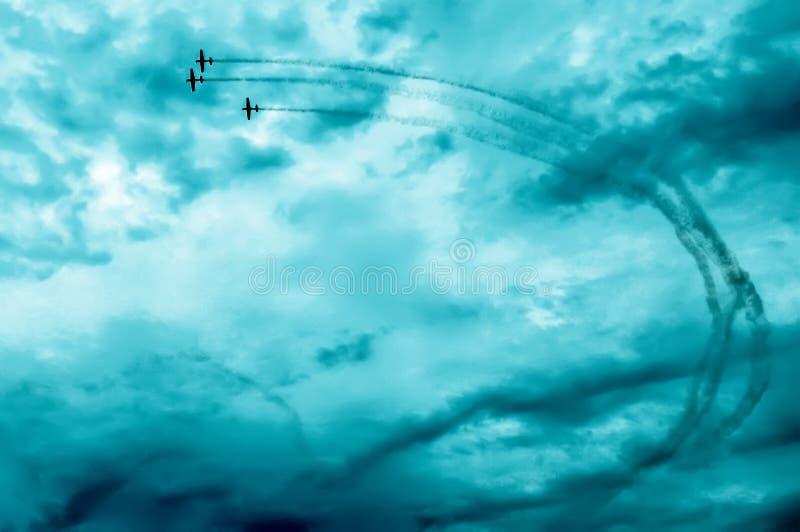 Akcja w niebie podczas airshow obrazy stock