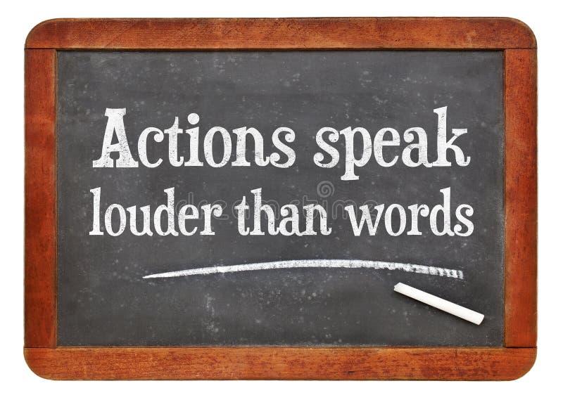 Akcje mówją głośnego niż słowa - blackboard pojęcie zdjęcia royalty free