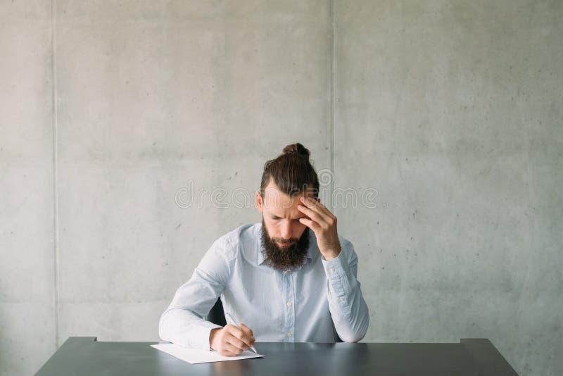 Akcydensowego zastosowania zatrudnieniowy mężczyzna pisze tescie obrazy stock