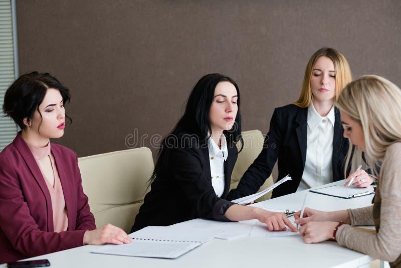 Akcydensowy zatrudnia kobiety zgody kariery szyldowy wywiad obraz royalty free