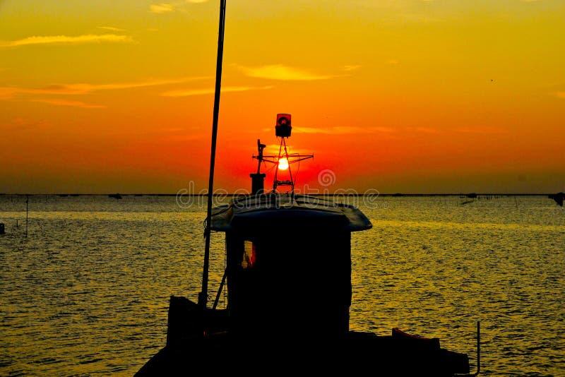 Akcyjna fotografia: lampa dla łodzi rybackiej na zmierzchu obraz stock