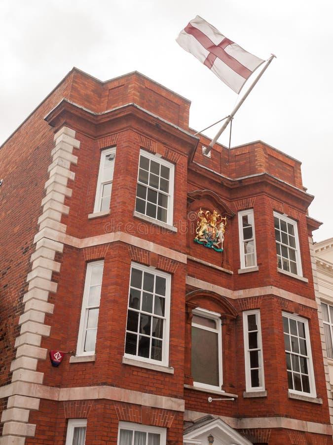Akcyjna fotografia - przód czerwony ceglanego domu England flaga wierzchołka harwi zdjęcie stock