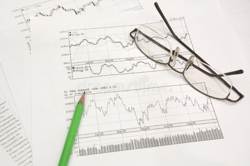 Akcyjni wykresy ołówek i szkła, obraz royalty free