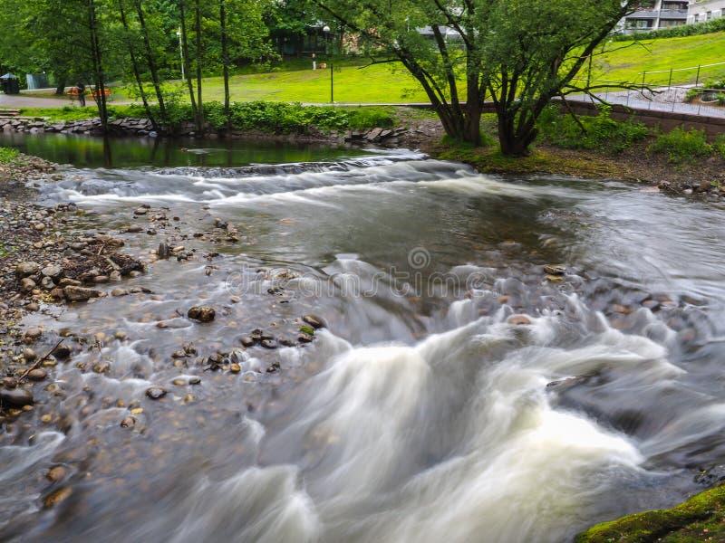 Akerselva rzeczny spływanie przez parka w Oslo obrazy stock