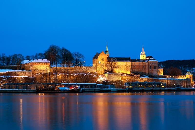 Akershus fästning på natten, Oslo, Norge arkivfoton