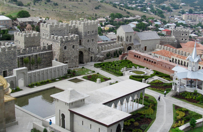 Akhaltsikhe stadfästning i Georgia i en molnig dag royaltyfri bild