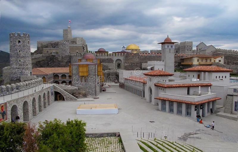 Akhaltsikhe-Stadtfestung in Georgia an einem bewölkten Tag lizenzfreies stockbild