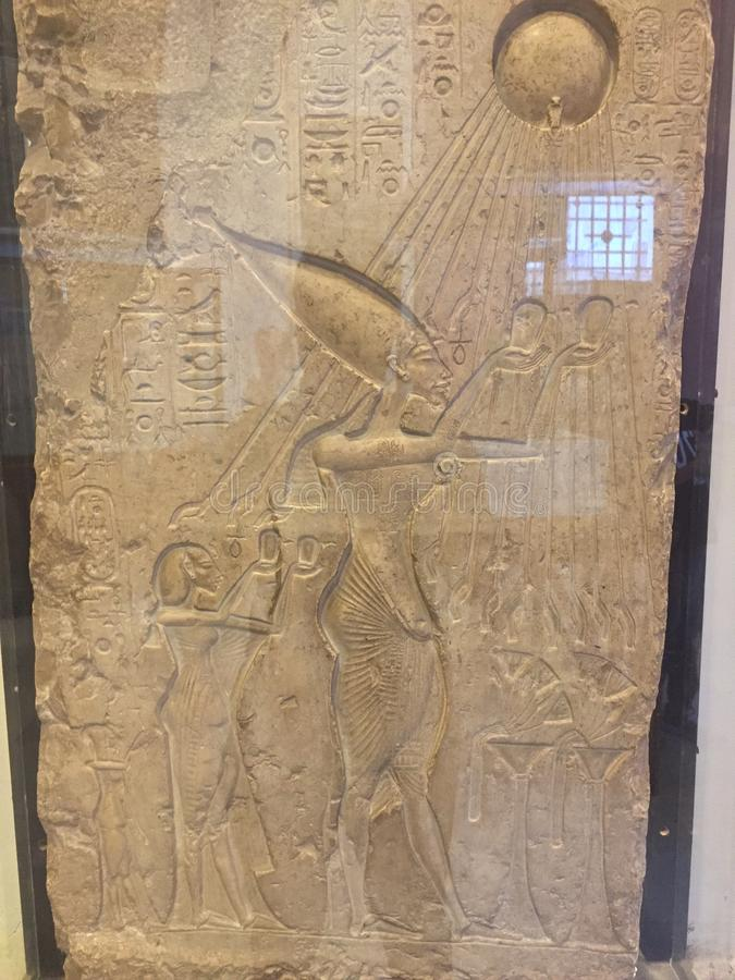 Akhenaten που κάνει μια προσφορά στη γλυπτική aten-υδραργύρου στοκ εικόνες με δικαίωμα ελεύθερης χρήσης