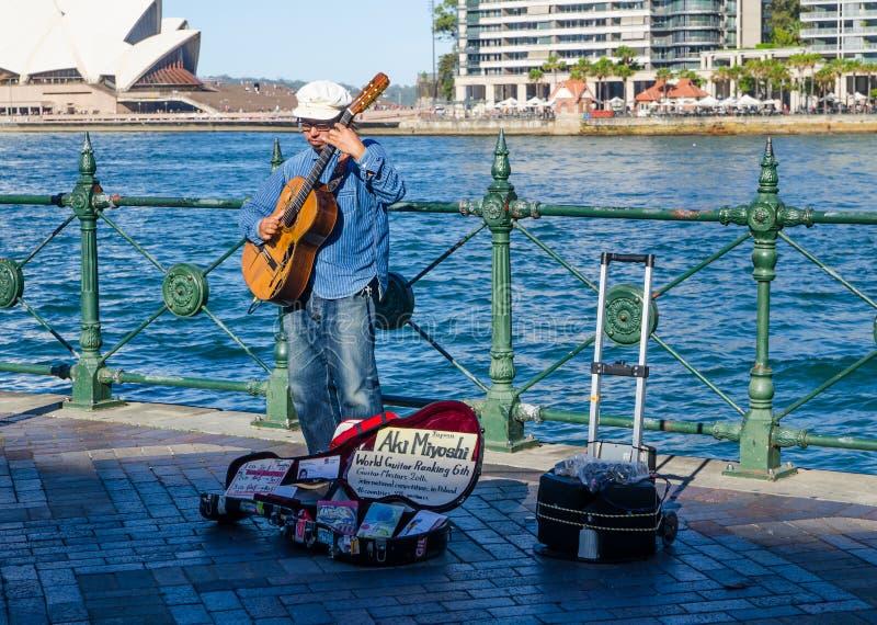 Aki Miyoshi, rang japonais 6ème de guitariste du monde sur la rue exécutant chez Sydney Circular Quay image libre de droits