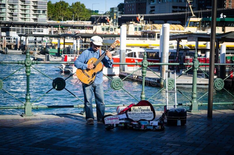 Aki Miyoshi, rang japonais 6ème de guitariste du monde sur la rue exécutant chez Sydney Circular Quay photos libres de droits
