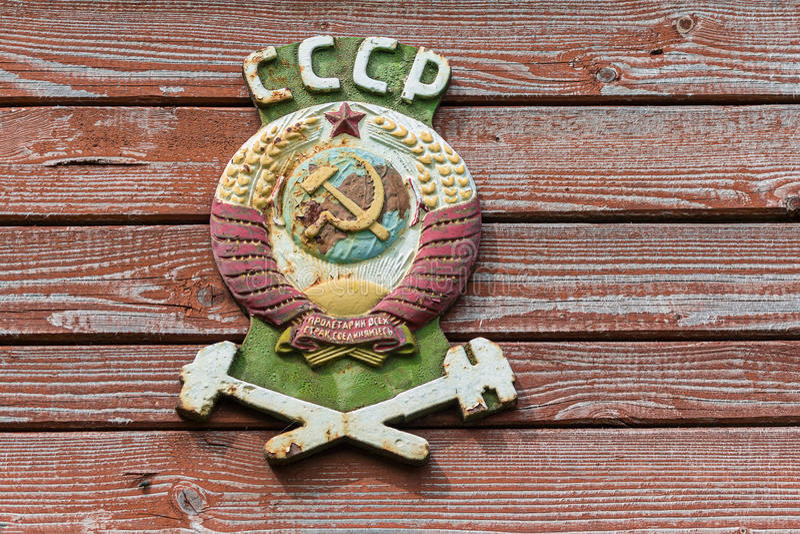 Żakiet ręki sowieci - zjednoczenie na starym kolejowym samochodzie obraz stock