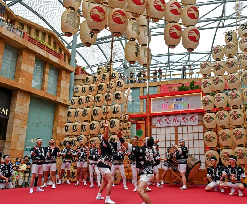 Akita Kanto Performance no mundo Sentosa dos recursos, Singapura imagens de stock