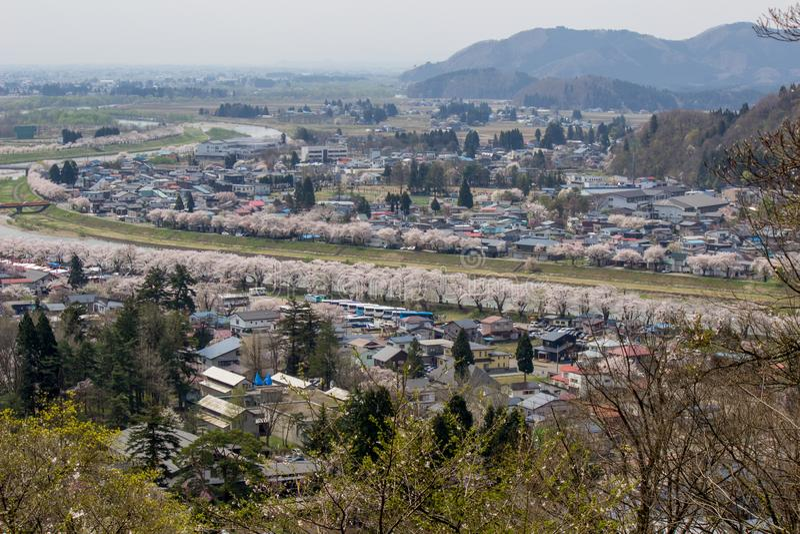 Akita, Tohoku, Japan: Panorama van Kakunodate-stad en de Hinokinaigawa-Rivier tijdens het festival van de kersenbloesem zoals die stock fotografie