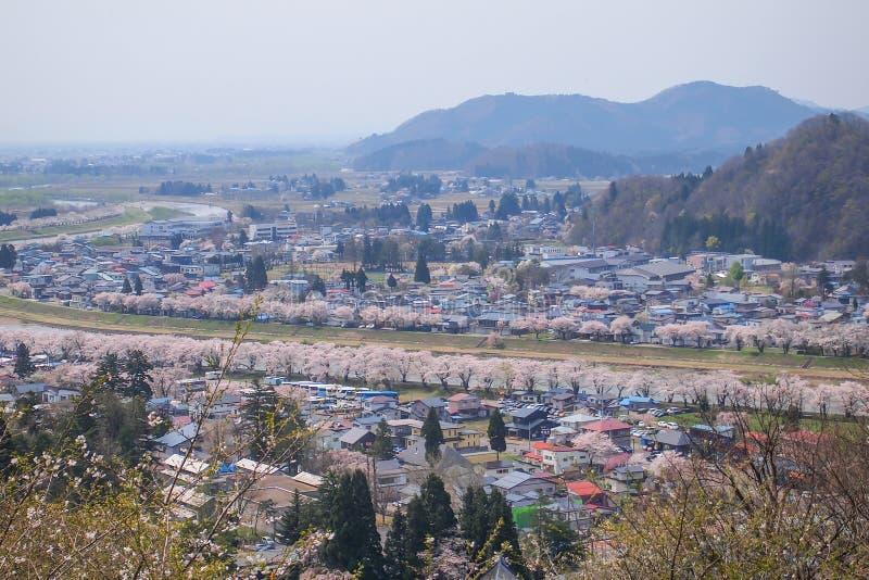 Akita, Tohoku, Japan: Panorama van Kakunodate-stad en de Hinokinaigawa-Rivier tijdens het festival van de kersenbloesem zoals die royalty-vrije stock fotografie