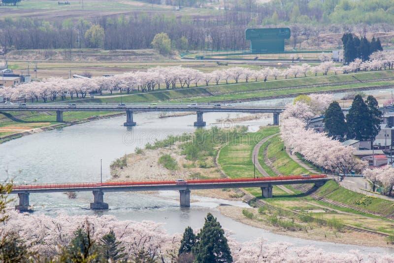 Akita, Tohoku, Japan: Panorama van Kakunodate-stad en de Hinokinaigawa-Rivier tijdens het festival van de kersenbloesem zoals die royalty-vrije stock foto