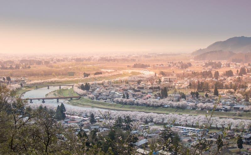 Akita, Tohoku, Japan: Panorama van Kakunodate-stad en de Hinokinaigawa-Rivier tijdens het festival van de kersenbloesem zoals die stock afbeelding