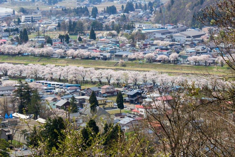 Akita, Tohoku, Japan: Panorama van Kakunodate-stad en de Hinokinaigawa-Rivier tijdens het festival van de kersenbloesem zoals die royalty-vrije stock foto's