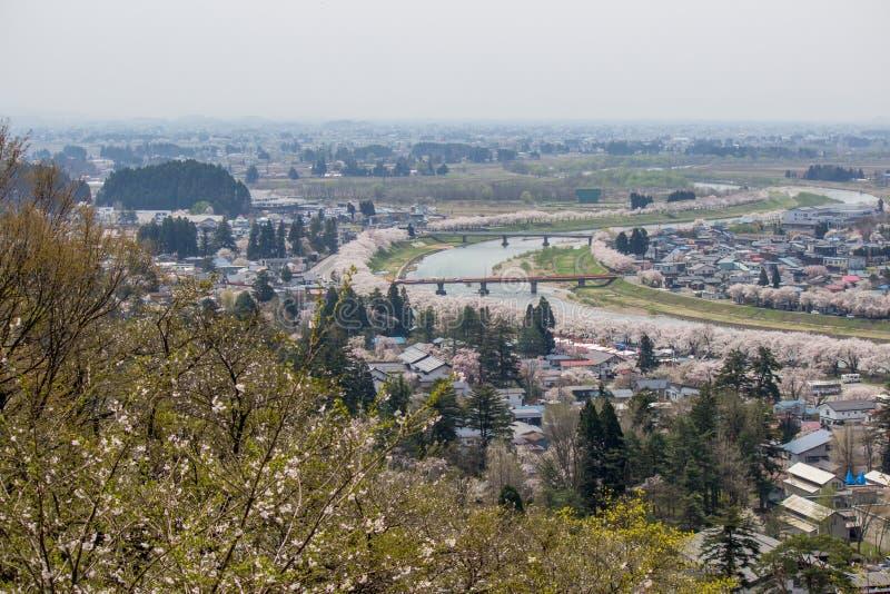 Akita, Tohoku, Japan: Panorama van Kakunodate-stad en de Hinokinaigawa-Rivier tijdens het festival van de kersenbloesem zoals die stock foto's