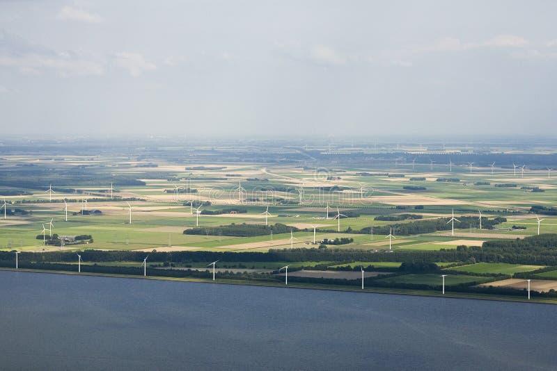 Akkers ha incontrato i windturbines, terreno coltivabile con i generatori eolici fotografia stock libera da diritti