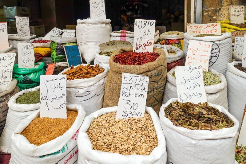 Akko Israel - frökorn och sädesslag på försäljning på en israelisk marknad royaltyfria foton