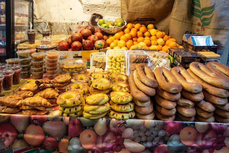 Akko Israel - traditionella bröd, sötsakprodukter och frukter på en israelisk marknad arkivbild