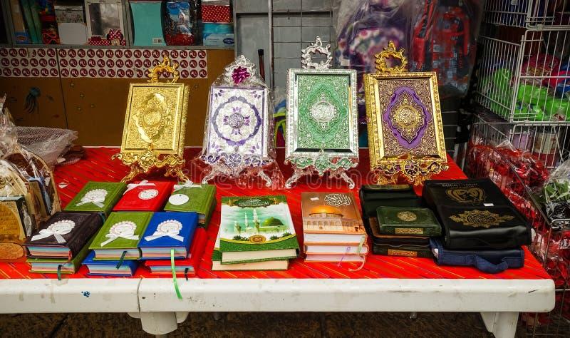 Akko, Israele - libri ed icone religiosi arabi su un mercato israeliano immagini stock libere da diritti