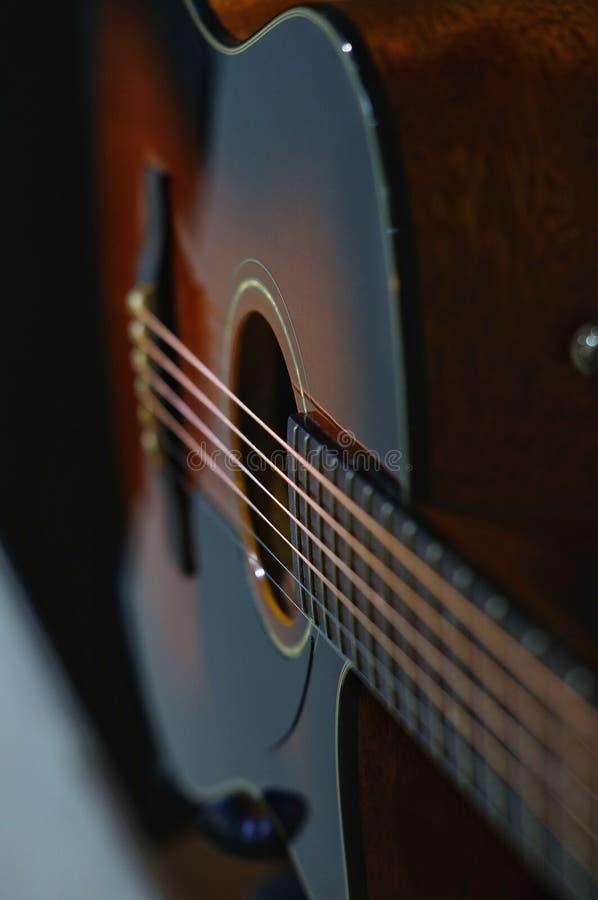 Akoestische gitaar met onscherpe achtergrond royalty-vrije stock afbeeldingen