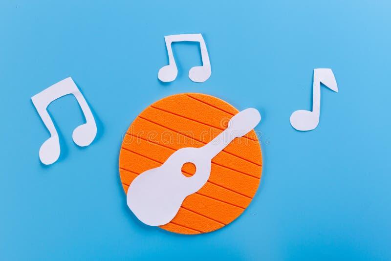 akoestische gitaar op blauwe marmeren achtergrond stock afbeeldingen