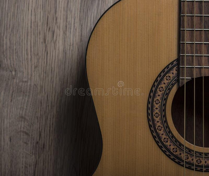 Akoestische gitaar op hout royalty-vrije stock afbeelding