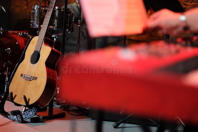 Akoestische gitaar op stadium onder muzikale instrumenten royalty-vrije stock foto's