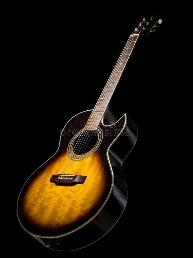 Akoestische gitaar over zwarte achtergrond royalty-vrije stock fotografie