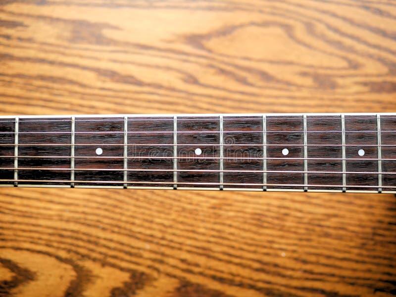 Akoestische houten gitaar dichte omhooggaand op houten achtergrond met fretboard, koorden, en tuners voor muziekbloggen, websiteb stock fotografie
