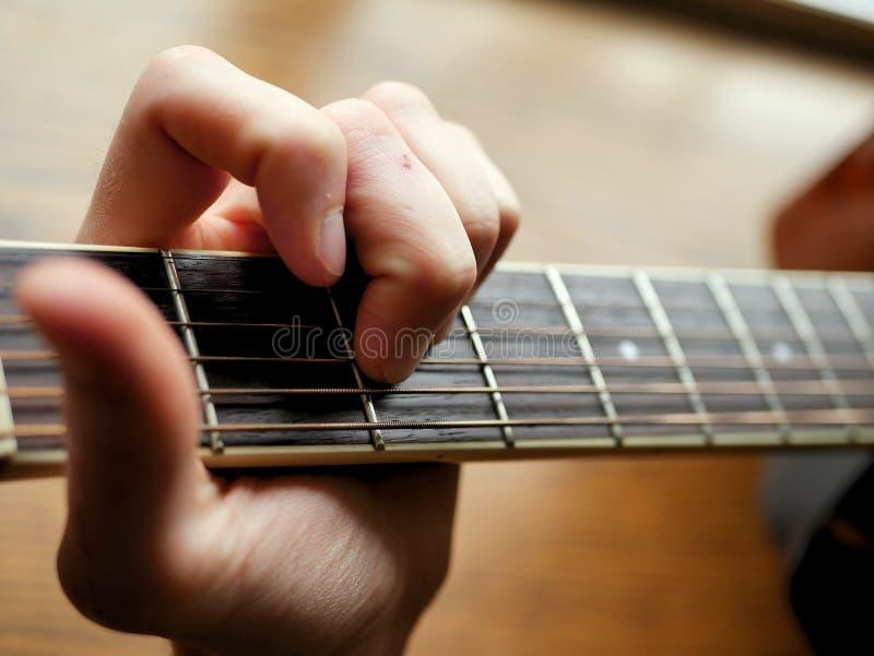 Akoestische houten gitaar dichte omhooggaand op houten achtergrond met fretboard, koorden, en tuners voor muziekbloggen, websiteb stock afbeeldingen