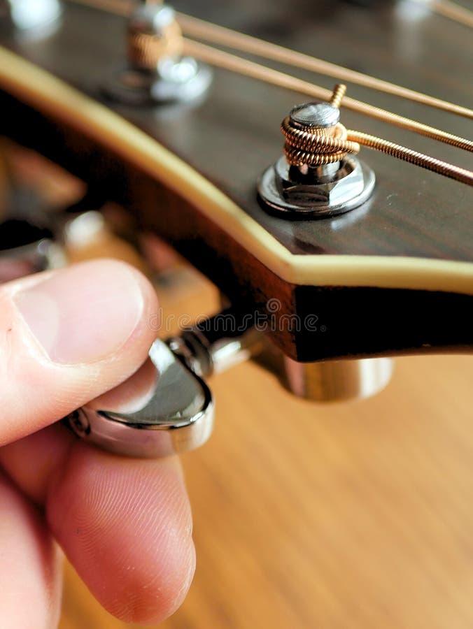 Akoestische houten gitaar dichte omhooggaand op houten achtergrond met fretboard, koorden, en tuners voor muziekbloggen, websiteb royalty-vrije stock afbeelding