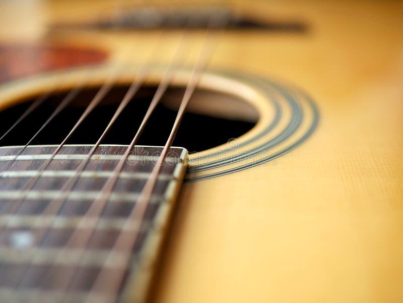 Akoestische houten gitaar dichte omhooggaand op houten achtergrond met fretboard, koorden, en tuners voor muziekbloggen, websiteb royalty-vrije stock fotografie